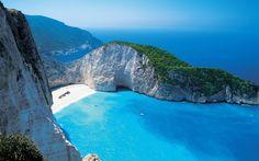 Esta es la bahía Navagio en la ciudad de Zakynthos, Grecia. En la isla se da un fenómeno natural que son unos pozos o fuentes del que surte agua gasificada a presión. ¡No dejes de viajar!
