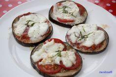 Aubergine pizza: 4 plakken aubergine (ca. max 1 cm dik, liever dunner) zout & peper 1 tomaat halve bol buffalo mozzarella  paar plakjes droge worst / salami olijfolie voor 1 persoon