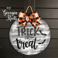 Halloween Wood Signs, Halloween Door Hangers, Fall Door Hangers, Halloween Wood Crafts, Christmas Door Hangers, Diy Halloween Door Decorations, Cross Door Hangers, Halloween Shirts Kids, Halloween Door Wreaths