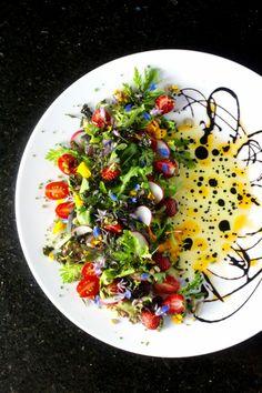 gemischter salat anrichten teller aufteilen balsamico dressing verzieren