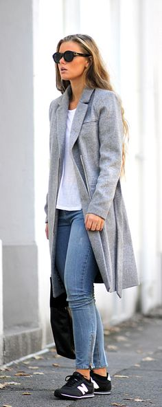 Frida Grahn is wearing a grey kashmir and wool coat and jeans from Ellos, sneakers from New Balance and a white T-shirt