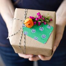 DIY Fresh Flower Gift Tags Add fresh flowers to Mother's Day, birthday and bridal shower gifts! Creative Gift Wrapping, Wrapping Ideas, Creative Gifts, Paper Wrapping, Wrapping Presents, Pretty Packaging, Gift Packaging, Cute Gifts, Diy Gifts