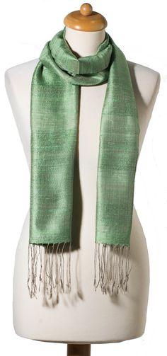 b132d41a4444 Découvrez notre collection de foulards en soie tissés artisanalement à la  main à partir de soie naturelle. Le foulard en soie