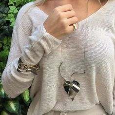 Detalhes lindos de hoje... ✨ Bom dia, amados! V E N D A S: • Corner Ótica Kelen Lenza Rua 1.137, N 241, Marista • -> Whatsapp 62 9 8164-5907 • Enviamos para todo Brasil e Exterior #acessorios #brincos #colares #braceletes #coleiras #photo #instagood #me #photooftheday #followme #follow #oodt #accessories #fashion #style #glamour #annaprata #annaprataacessorios #eleonorahsiung #nature
