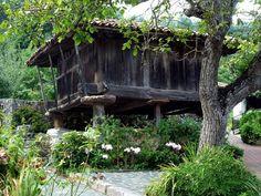 Un pueblo escondido en Asturias que se pasa de bonito... el pueblo está escondido, y lo llamativo es el modo de acceder a él