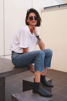 30 Trendy Outfits For When You're Bored of Everything You Own casual style obsession / white tee schwarze stiefel jeans Heels Outfits, Mode Outfits, Casual Outfits, Short Hair Outfits, Casual Jeans, Black Outfits, Dress Casual, Black Boots Outfit, Chelsea Boots Outfit