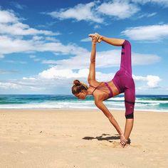Amazing yoga poses at beach. What's more relaxing than yoga on the beach? Fitness Del Yoga, Fitness Herausforderungen, Sport Fitness, Fitness Tracker, Fitness Shirts, Kundalini Yoga, Yoga Meditation, Zen Yoga, Yoga Inspiration