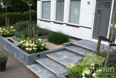 Strakke & robuuste voortuin Garden Paving, Garden Steps, Modern Landscaping, Backyard Landscaping, Landscape Design, Garden Design, Small Front Gardens, Garden Solutions, Garden Entrance