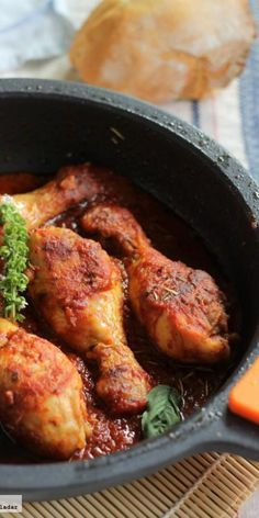 Muslos de pollo en salsa de tomate especiado y albahaca. Receta