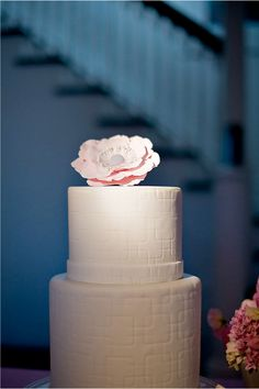 modern white wedding cake | photo: augiechang.com
