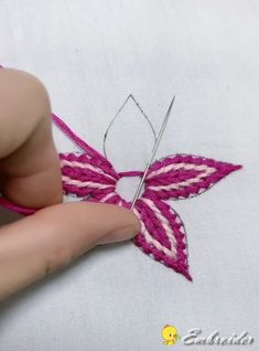 Diy Embroidery Flowers, Bead Embroidery Tutorial, Basic Embroidery Stitches, Hand Embroidery Videos, Creative Embroidery, Simple Embroidery, Hand Embroidery Designs, Embroidery Techniques, Ribbon Embroidery