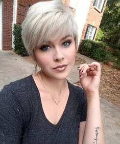The short pixie haircut is as yet hot and getting one is the ideal method to emerge from the group. Here are 26 pixie haircuts you should see are going to be a year to take and bring a bang to hairstyles that are stylish and appealing. Blonde Pixie Cuts, Short Blonde, Blonde Hair, Hairstyle Trends, Hair Trends, Short Hair Cuts For Women, Short Hairstyles For Women, Hairstyle Short, Short Cuts