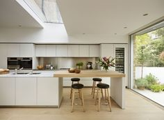 46 Simple Modern Scandinavian Kitchen Inspirations - Modern Home Design Open Plan Kitchen, Kitchen Sets, Kitchen Layout, Kitchen Living, New Kitchen, Kitchen Decor, Island Kitchen, Kitchen Island Extension Ideas, Kitchen Island Seating