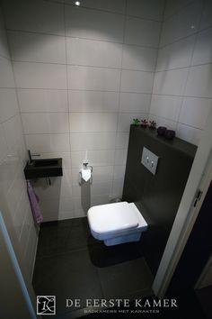 (De Eerste Kamer) Een modern toilet in de kleuren zwart en wit. Meer foto's van onze toiletten vindt u op www.eerstekamerbadkamers.nl