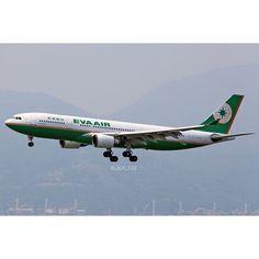 B-16301 #evaair #airplane #evaairways #aircraft #aviation #plane #airbus #a330 #a332 #airbuslovers #hkgairport #hkia #hkig #black_fdz