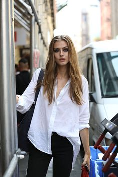 Camisaria, a maior trend no street style dessa NYFW! - Garotas Estúpidas - Garotas Estúpidas Happy Hour, Cara Delevingne, White Shirts, All About Fashion, Fashion Pants, Her Style, Casual Looks, Ideias Fashion, Fashion Looks