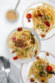 Ich finde, dass jedes Pasta Gericht doppelt so gut schmeckt, wenn es mit Maccaronis zubereitet wird. Siehst du das auch so? Falls ja, dann verwende unbedingt auch Maccaronis für dieses Rezept. Sie saugen die Sauce super gut auf. Tempeh, Tofu, Spaghetti, Pasta, Ethnic Recipes, Browning, Vegetarian Recipes, Easy Meals, Cooking