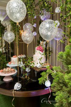 Mesa de doces com bolo suspenso... Jardim encantado