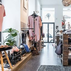 (c) Dieter Sajovic / Die Abbilderei Second Hand Hamburg, Second Hand Shop, Second Hand Clothes, Lippizaner, Second Hand Fashion, Mode Shop, New Shop, Mode Inspiration, Casual Styles