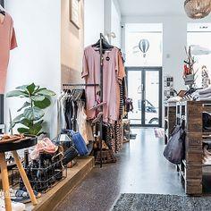 (c) Dieter Sajovic / Die Abbilderei Second Hand Hamburg, Second Hand Shop, Second Hand Clothes, Second Hand Fashion, Mode Shop, Lippizaner, New Shop, Mode Inspiration, Casual Styles