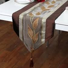 Risultati immagini per caminos de mesas modernos Table Runner And Placemats, Quilted Table Runners, Romantic Bedroom Design, Quilted Table Toppers, Table Accessories, Christmas Table Decorations, Deco Mesh Wreaths, Table Covers, Vases Decor