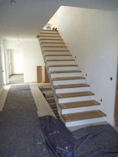 Heute wurden die Stufen unserer Treppe montiert. Wir haben uns für weiß lackierte Setzstufen, und Trittstufen in Eiche geölt entschieden. Gefällt uns wirklich sehr gut! Als wir beim Elektriker das …