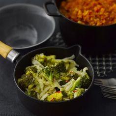 Raikas itämaisesti maustettu kaalipata sopii nautittavaksi sellaisenaan pääruokana tai perunan kanssa. Se käy hyvin myös kanan tai kalan lisäkkeeksi ja maistuu erinomaiselta kylmänäkin.