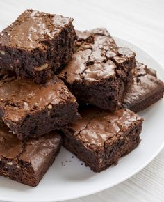 Easy Keto Brownies - Instrupix On a ketogenic diet and looking for easy chocolate keto dessert recipes? These low carb brownies are super moist and delicious! They're made with simple ingredients including almond flour and swerve. Keto Desserts, Keto Dessert Easy, Keto Friendly Desserts, Easy Desserts, Dessert Recipes, Cake Recipes, Keto Brownies, Homemade Brownies, Almond Flour Brownies