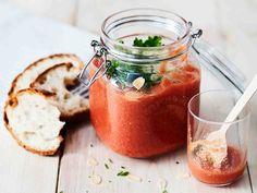Alkuruokana tai lounaana tarjottava, kylmä salmorejo on espanjalaisen gazpachon serkku.