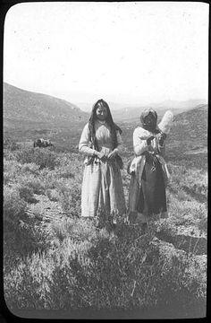 Grèce ; Sur la route d'Épidaure, grecques en costume traditionnel Photographe Roy, Lucien (architecte) Date prise vue 1908
