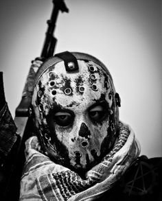 Full Of Weapons: Custom Hockey Mask Full Of Weapons: Custom Hockey Mask Post Apocalyptic Costume, Post Apocalyptic Fashion, Apocalypse World, Post Apocalypse, Wasteland Warrior, Cool Masks, Cosplay, Xmen, Dark Art