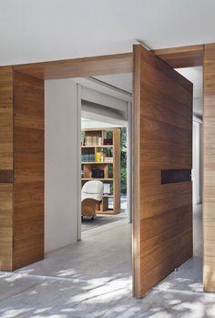 7 Ideas of Modern Gates- 7 Ideias de portões modernos Brise Residence: Modern Windows & doors by Gisele Taranto Arquitetura - Pivot Doors, Entry Doors, Front Entry, Sliding Doors, Prehung Doors, Front Doors, Sliding Door Design, Wooden Door Design, Wooden Doors