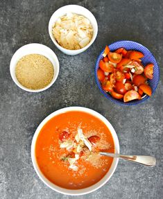 Tomatsuppe! Få opskriften på den nemmeste og lækreste tomatsuppe med kokosmælk. En cremet tomatsuppen med antiinflammatoriske krydderier.