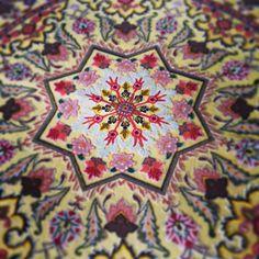 Un'esplosione di seta per questo Qum persiano in un particolarissimo telaio circolare.
