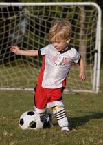 Tips for introducing your toddler to the fun world of sports Soccer Pro, Soccer Gear, Soccer Drills, Soccer Coaching, Soccer Tips, Soccer Training, Toddler Soccer, Kids Soccer, Play Soccer