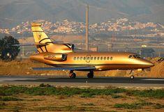 Gold aeroplane, my dream private jet. Jets Privés De Luxe, Luxury Jets, Luxury Private Jets, Private Plane, Luxury Yachts, Mclaren Mercedes, Mercedes Slr, Rolls Royce Phantom, Jet Privé