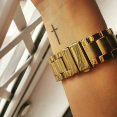 Wrist tattoo of a christian cross on Noelia Morales. Tattoo artist: René Heil