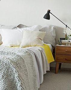 houten nachtkastje - leuke leeslamp - kleur in het beddengoed