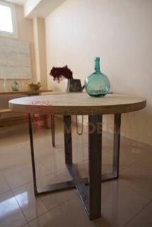 Mesa modelo Mónaco de madera maciza y patas de hierro natural.