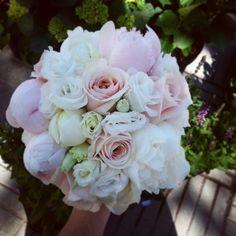 Juni bröllop sweet avalanche ros, vit och rosa pion, dubbelbladig prärieklocka.