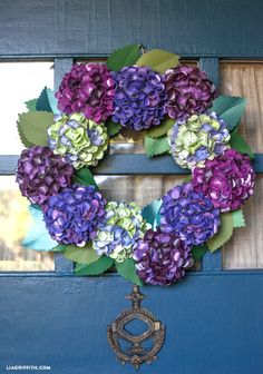 DIY Paper Hydrangea wreath for fall. Tutorial and free pattern @LiaGriffith.com  #papercraft #paperflowers #diy