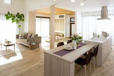 注文住宅のアルネットホーム 上尾住宅展示場(埼玉県上尾市)は和のデザインを取り入れた自然素材と高い収納力を備えた当社商品「CLOLO(クロロ)」を体感できる住宅展示場です。他にも埼玉県内に多くの住宅展示場をご用意しております。地震に強い構法、快適に過ごす空間、自然な風合いの無垢床など、安心と健康、優しさを追求した家づくりをご提案いたします。 Living Room Japanese Style, Japanese House, Dining Area, Kitchen Dining, Sister Home, Muji Home, Japan Interior, Zen Room, Simple House