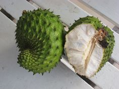 A Graviola é uma fruta levemente cítrica e cremosa, que pertence à família das amoras. Costuma-se comer crua ou em sucos. A polpa branca da Graviola tem um perfume suave, que é usado para aromatizar os sorvetes. A Graviola é uma excelente fonte de vitaminas e minerais, seus benefícios incluem: Prevenção contra doenças do estômago e vermes, diminui a insônia...  http://www.maissaudeebelezablog.com.br/2015/09/conheca-os-9-beneficios-da-graviola.html