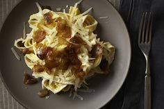 Pasta with yogurt and caramelised onions