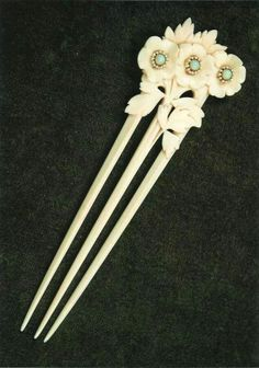 Opal and ivory comb, signed L. Gaillard. Three apple blossoms with iridescent centers, c. 1902.