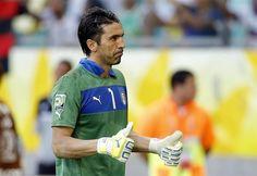 SAL42 SALVADOR DE BAHÍA (BRASIL), 30/06/2013.- El guardameta italiano Gianluigi Buffon, tras parar un penalti y conseguir la victoria de Italia (2-2 y 2-3, en la tanda de penaltis) en el partido por e