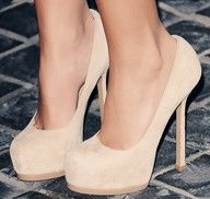 nude pumps<3