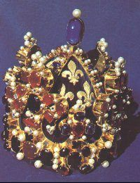 Reconstituton de la couronne de Charles V, roi de France de 1364 à 1380. La couronne authentique fut monnayée, pierre apès pierre, sous le règne de Charles VI, afin de faire face aux difficultés financières dues à l'envahissement de la France par les Anglais. La reconstitution a nécessité 1 600 heures de travail.