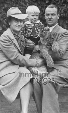 Familie mit Löwenbaby, 1941 Aehle/Timeline Images #1940er #1940ies #Tierpark #Zoo #Löwenbaby #Familie #family #historisch #historical #schwarzweiß #Kind #Eltern #Hut #Eltern #Junge #Tiere