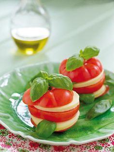 Kombinasjonen tomat og mozzarella er velkjent i det italienske kjøkken. Her har vi laget en variant med vellagret Norvegia. Den har en fyldigere smak enn vanlig Norvegia og går utrolig godt sammen med tomat og basilikum. Den perfekte forrett!